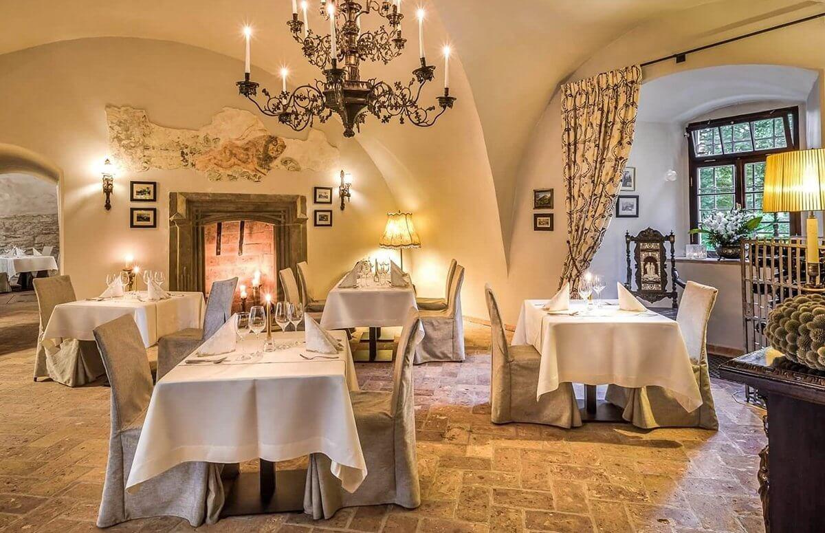 Stylowa kameralna restauracja Zamku Karpniki tworzy idealny nastrój do romantycznej kolacji