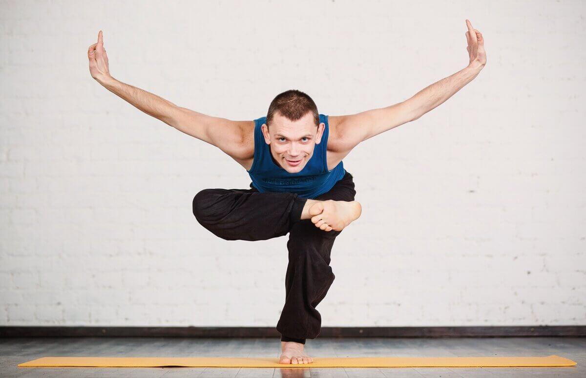 Trening jogi wpływa buduje siłę i lastyczność mięśni