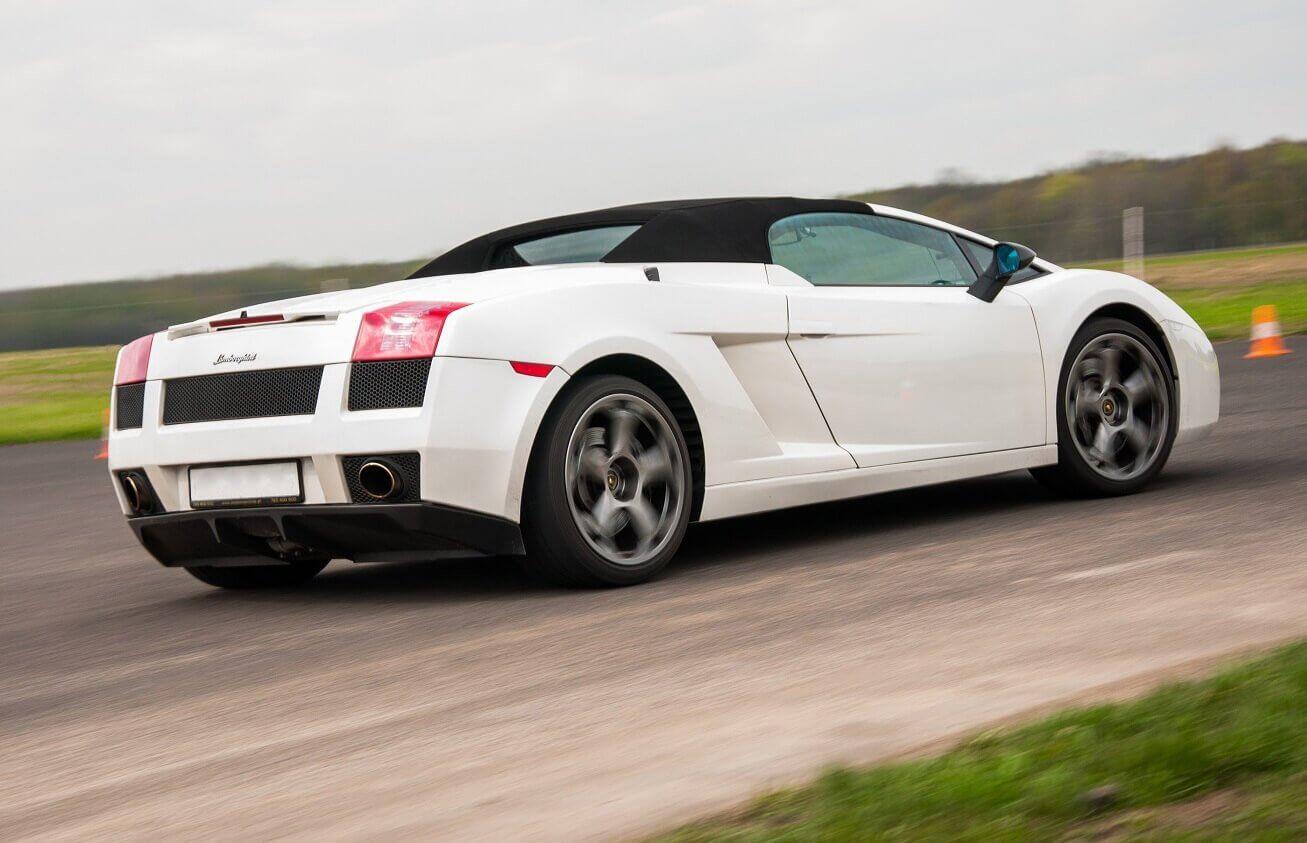 Samodzielna jazda Lamborghini na torze wyścigowym