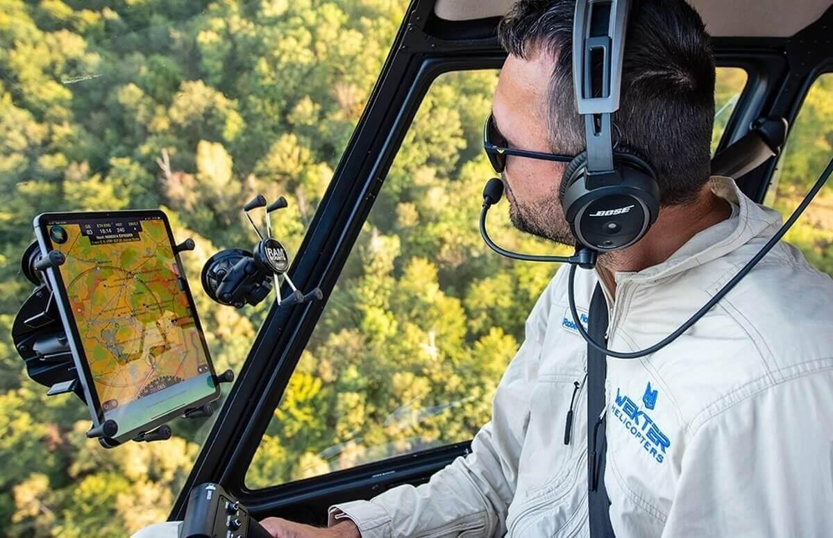 Pilot podczas lotu nad Wrocławiem i okolicami