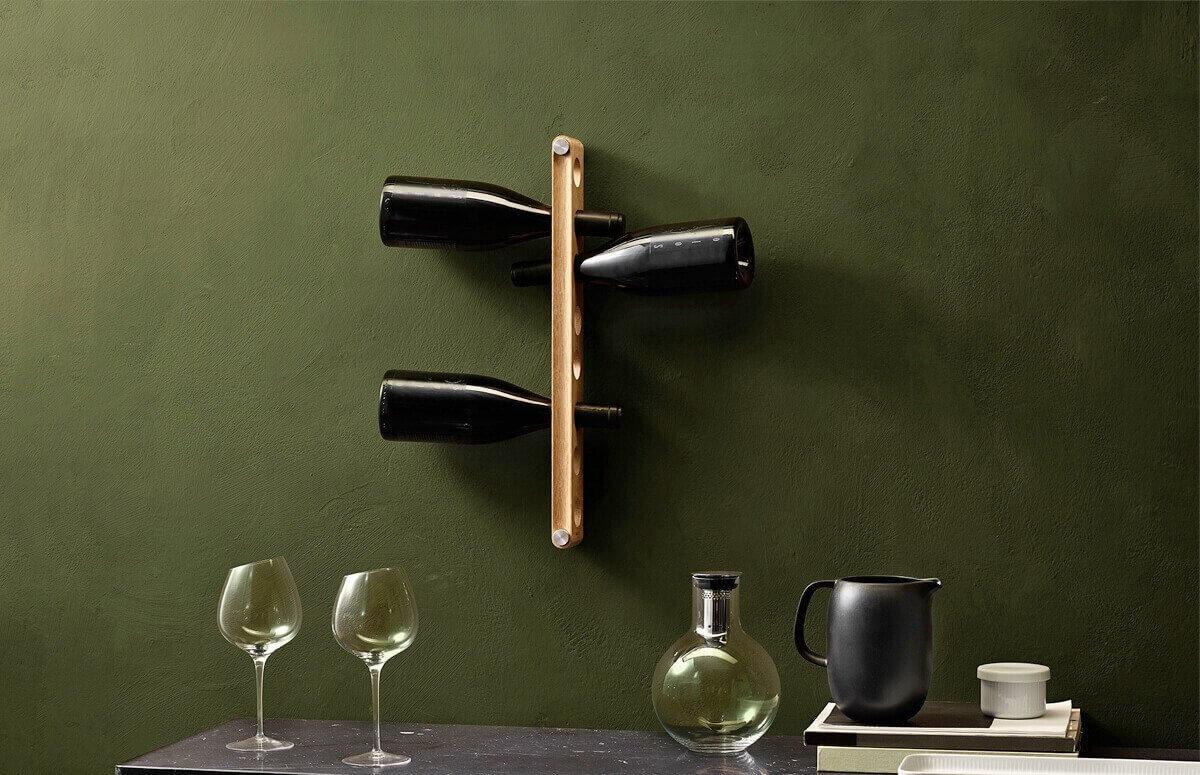 Ścienny stojak na wino wykonany z drewna