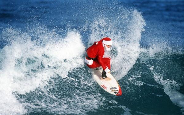 Mikołaj na desce surfingowej