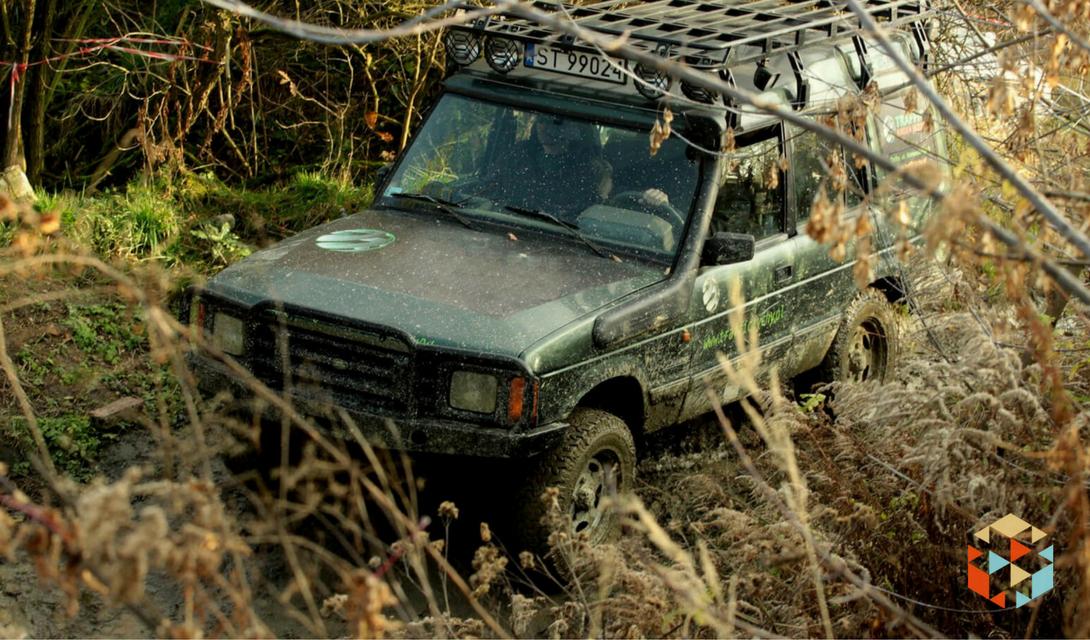 Jazda samochodem terenowym po bezdrożach w prezencie dla mężczyzny