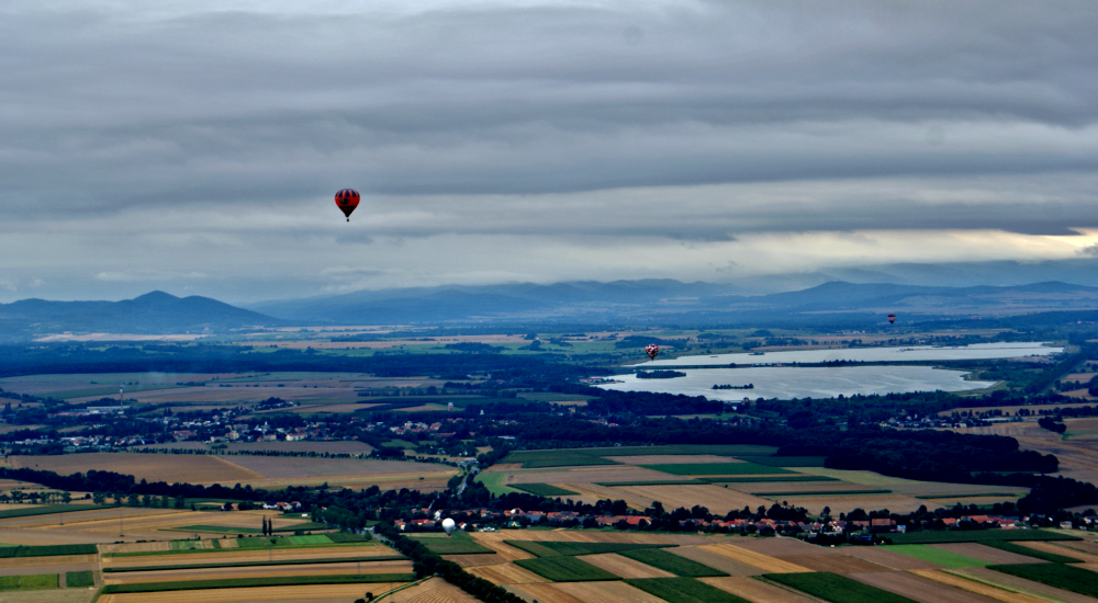 niesamowite widoki podczas lotu balonem nad jeziorem