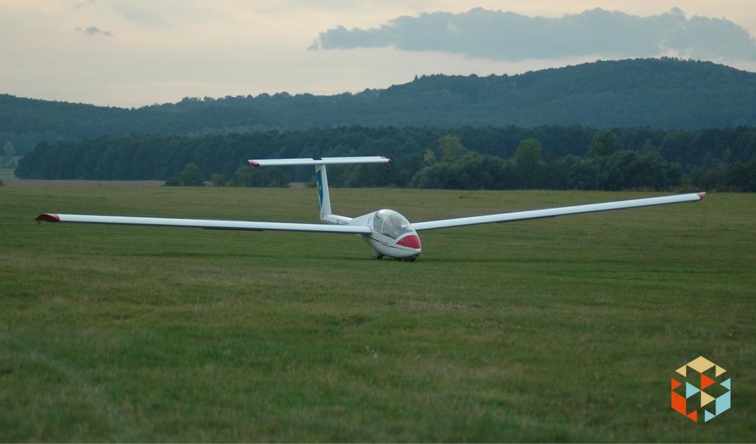 Lądowanie szybowcem na lotnisku w Świebodzicach