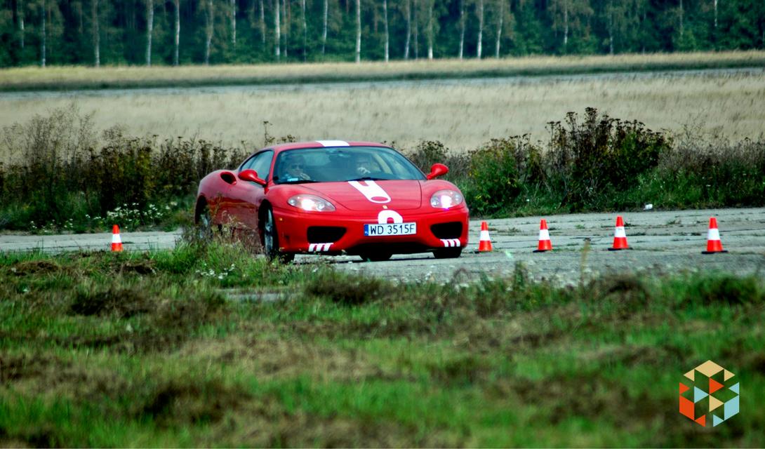 Czerwone Ferrari na torze wyścigowym