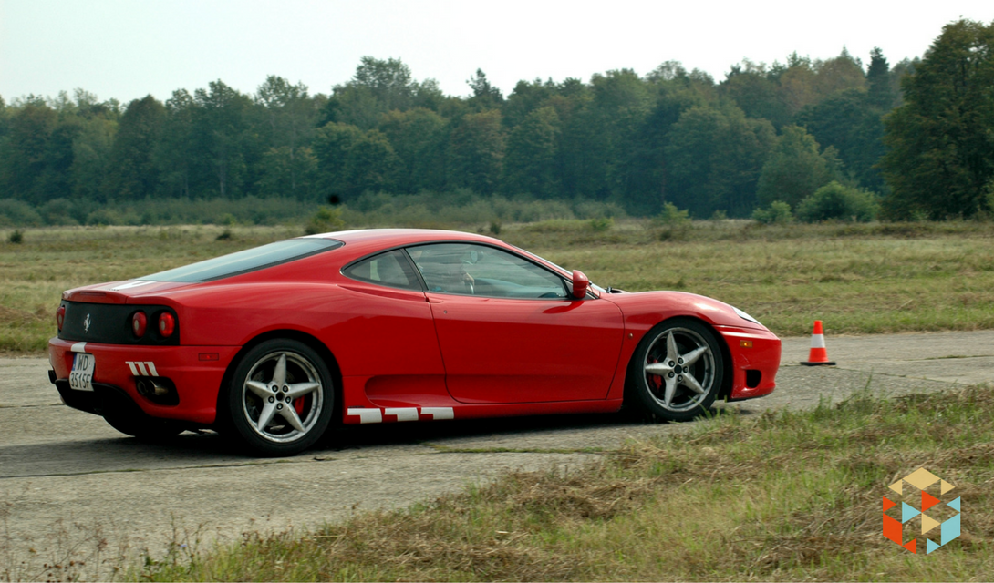 Czerwone Ferrari na torze w Nowym Mieście nad Pilicą