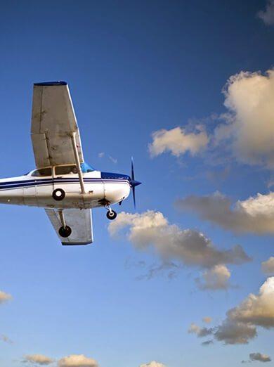 Samolot w locie na tle nieba i chmur
