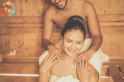 Zakochani podczas relaksu w saunie