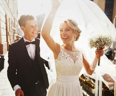 PAra Młoda wyychodząca z kościoła po ceremonii ślubnej