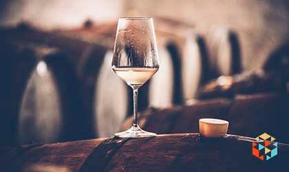 Degustacja alkoholu w piwniczce