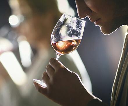 Mężczyzna podczas degustacji whisky