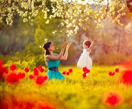 Matka z cóką na łące pełnej kwiatów