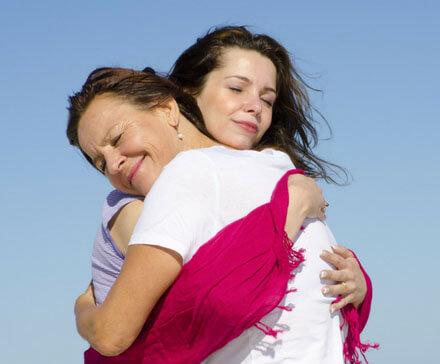 Matka przytulająca córkę