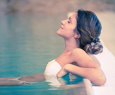 Kobieta relaksująca się w basenie podczas weekendu SPA