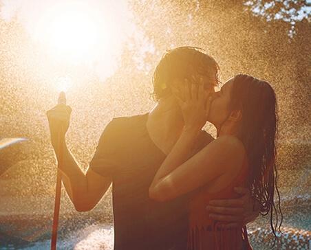 Para całująca się w deszczu