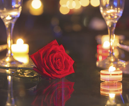 Róża i zapalona świeca