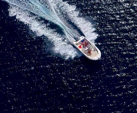 Łódż motorowa w pwłnym pędzie