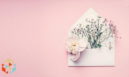 Koperta z prezentem - kwiatami na różowym tle