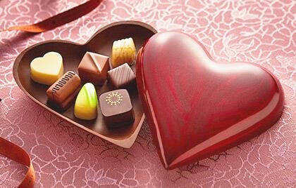 Pudełko czekoladek tradycyjnie wrączanych w Walentynki