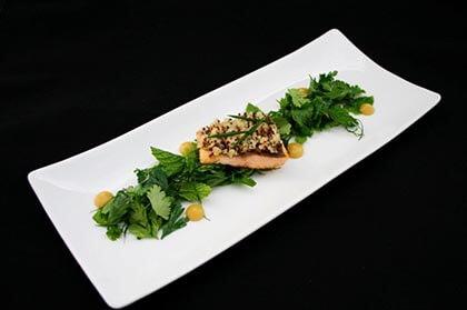 Posiłek sr=erwowany na eleganckim białym prostokątnym talerzu