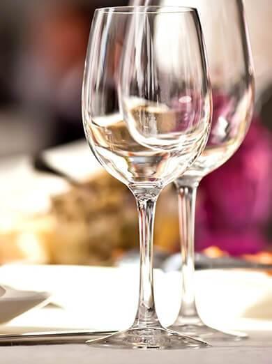Kieliszki do wina na stole w restauracji