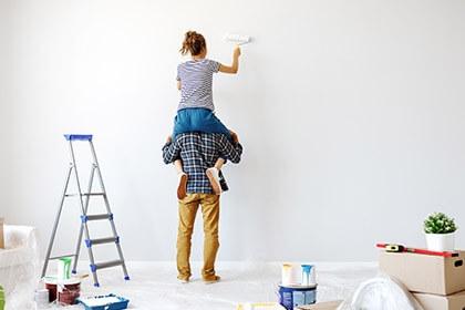 Para robiąca malowanie ścian podczas kwarantany