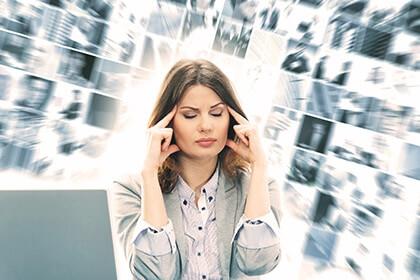 Kobieta przytłoczona nadmiarem informacji