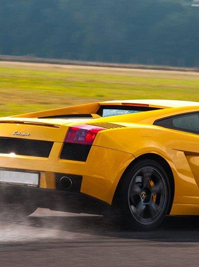 Jazda samochodem sportowym