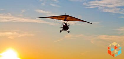 Lot motolotnią wysoko w powietrzy na tle nieba