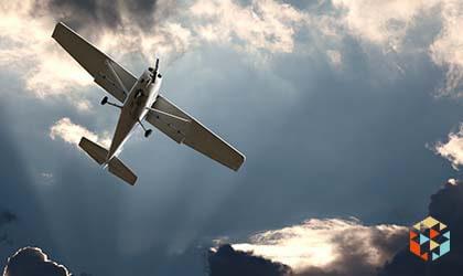 lot samolotem na tle granatowego burzowego nieba