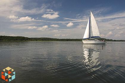 Żaglówka płynąca po jednym z mazurskich jezior