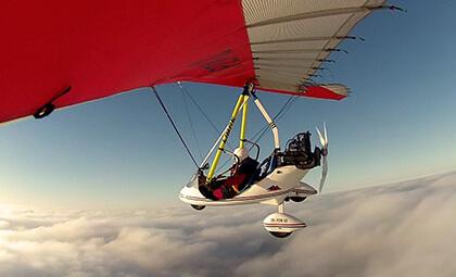 Lot motolotnią nad chmurami
