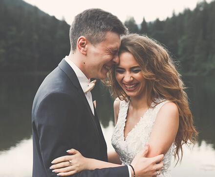 Roześmiana para nowożeńców w dniu ślubu
