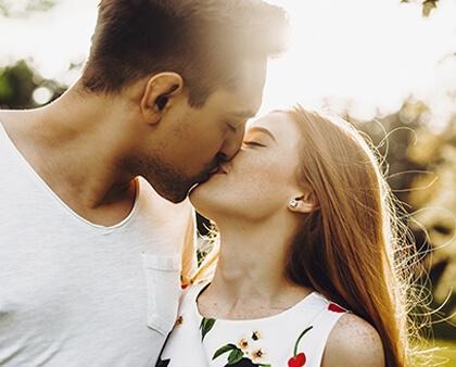 Objawu zakochania u mężczyzny - Pocałunek