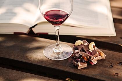 Lampka wina i książka - sposób na relaks i oderwanie od codzienności