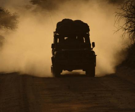 Samochód terenowy podczas jazdy po piaszczystym terenie
