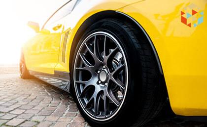 Żółty sportowy samochód