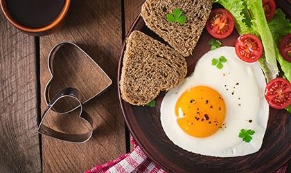Talerz z jajkiem sadzonym w prezencie na walentynkowe śniadanie
