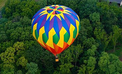 Balon przelatujący zad zielonym lasem