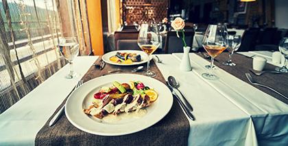 Elegancko nakryty stół w stylowej restauracji