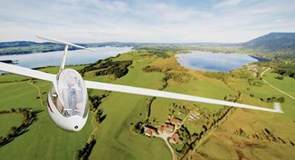kobieta za sterami podczas loty szybowcem z pięknym widokiem w tle