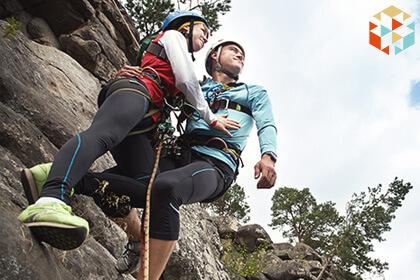 Para podczas wspinaczki skalnej w górach