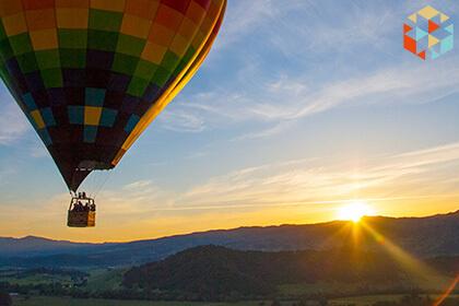 Lot kolorowym balonem o wschodzie słońca