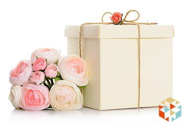 Pudełko prezentowe na ślub i bukiet kwiatów