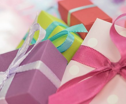 Kolorowe pudełka prezentowe z kokardami