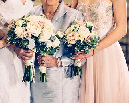 Panna Młoda z mamą, druhną i kwiatami