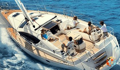 Jacht podczas rejsu na pełnym morzu z grupą ludzi