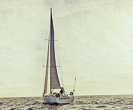 żaglówka podczas rejsu po morzu