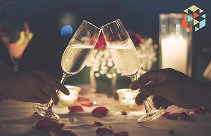 para przy romantycznej kolacji